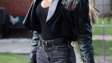 Chloe Sims Cleavage 14